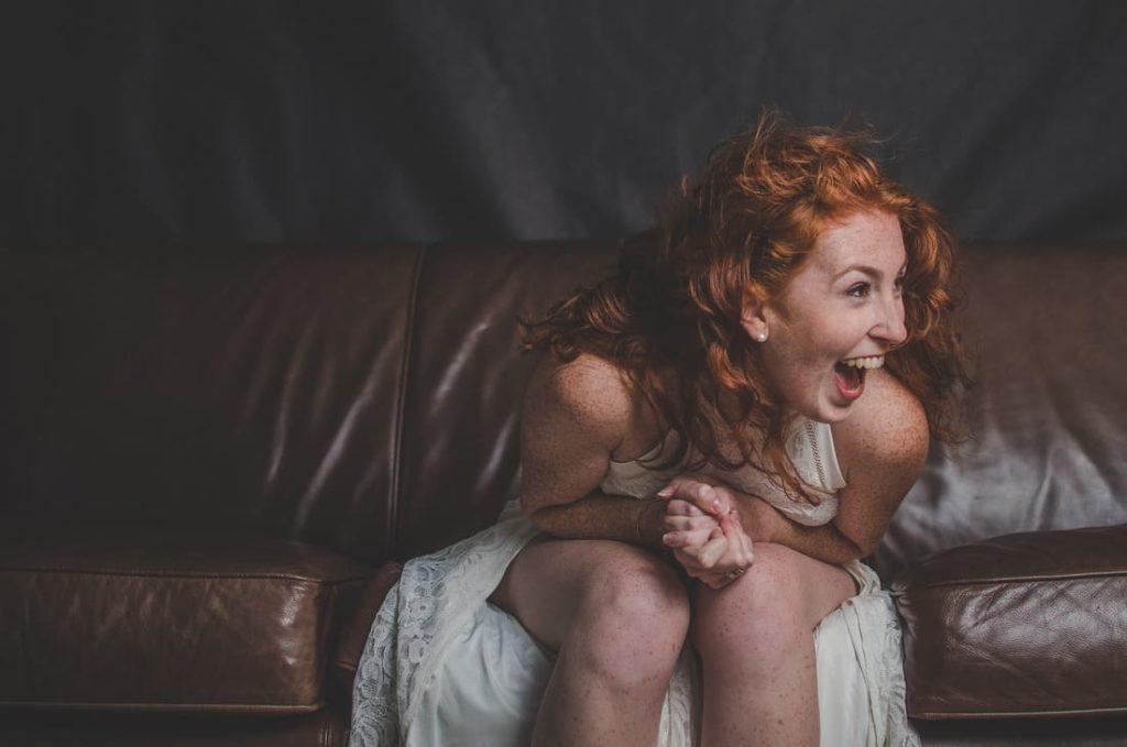 femme dans sa vraie nature exprimant sa joie