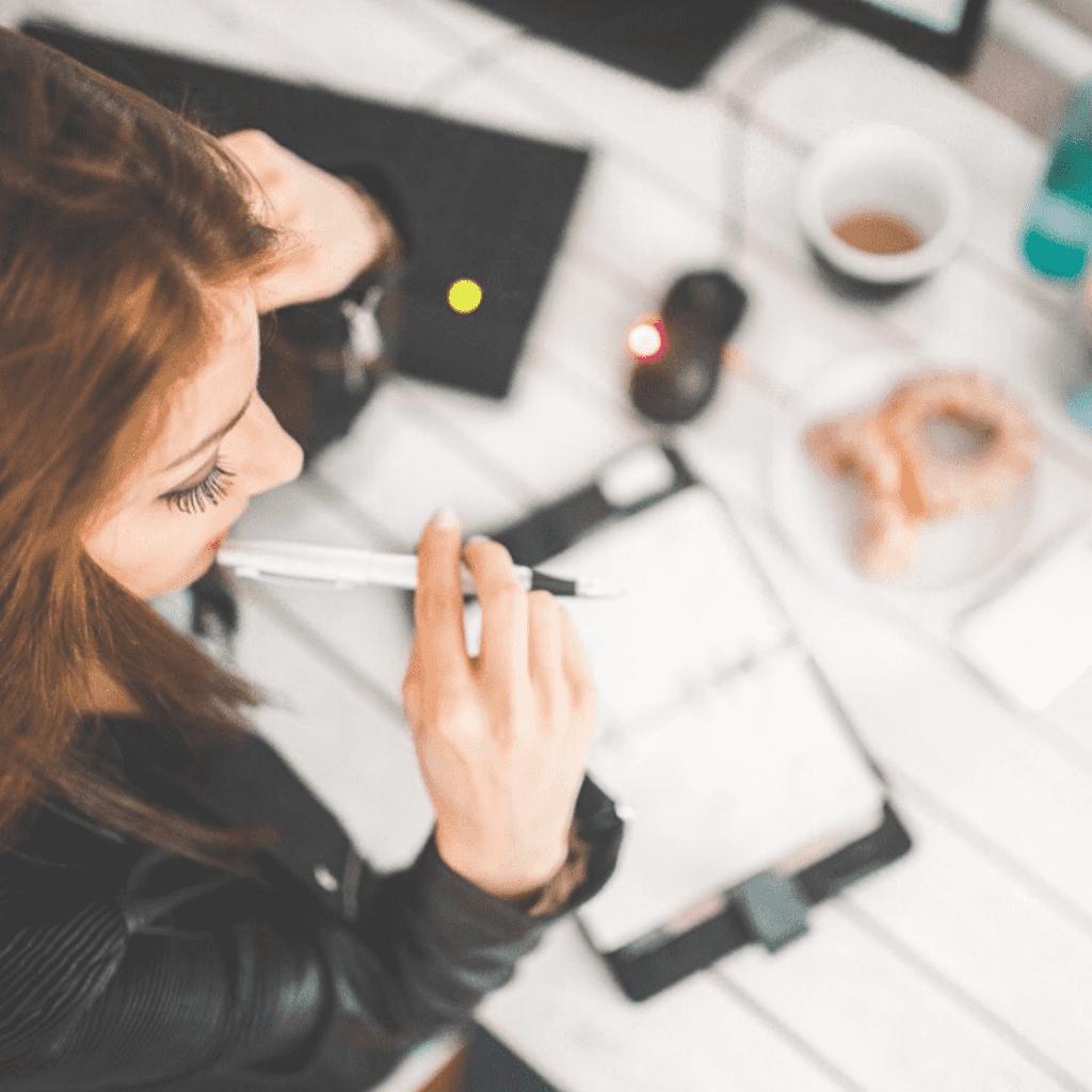 femme en formation écrivant sur carnet